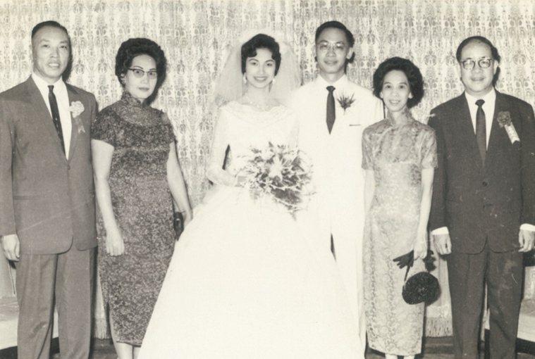 田玲玲和錢復的結婚照,左、右分別為男女雙方家長。 圖/取自50+(Fifty P...