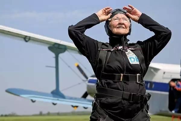 奶奶90歲進行了一場跳傘!當她完成這項壯舉時,她看起來就像一位興奮、充滿活力的年...