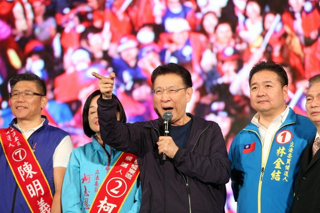 2020年1月大選前夕,趙少康出席韓國瑜在凱達格蘭大道的競選活動。 圖/聯合報系資料照