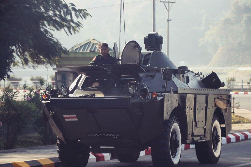 2日緬甸首都奈比多軍隊進駐。 圖/法新社