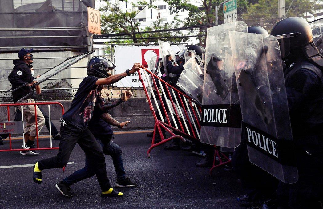 1日下午也在曼谷的緬甸大使館附近出現抗爭集結,現場民眾與警察爆發衝突。 圖/美聯...