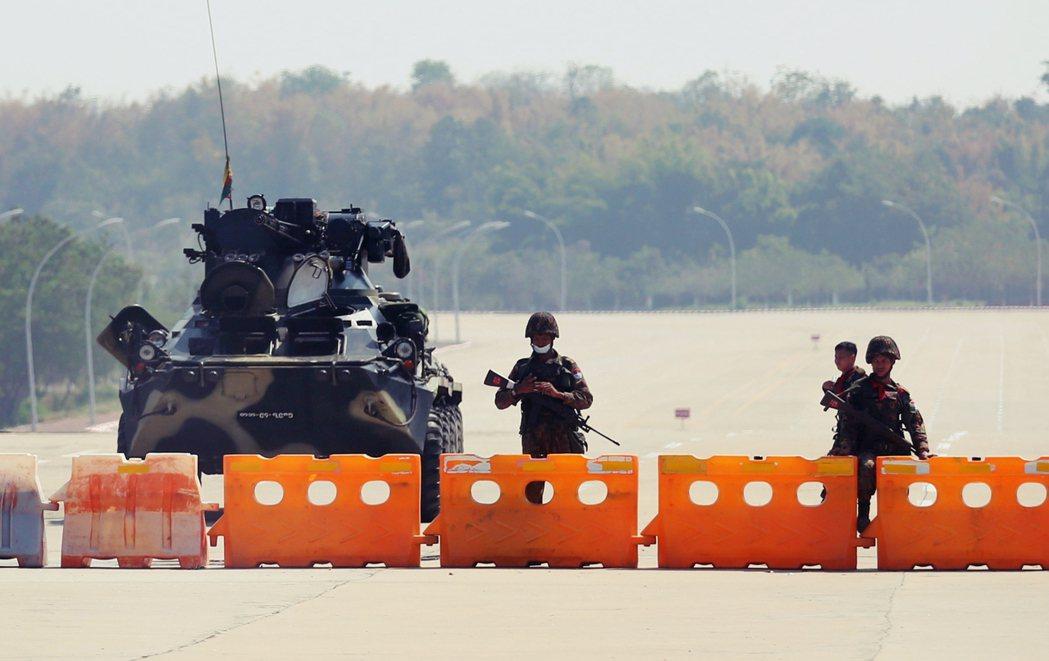 緬甸首都奈比多周邊道路軍隊封鎖。 圖/法新社
