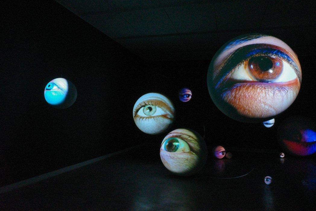 經典之作《黯黑》探討數位時代下人們與多媒體螢幕的「觀看」。 圖/翁家德攝影