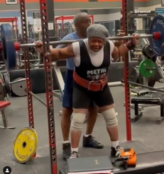 78歲阿嬤蹲舉舉起159kg、相當於她體重2倍的槓鈴。圖/取自powerliftinglegends  IG