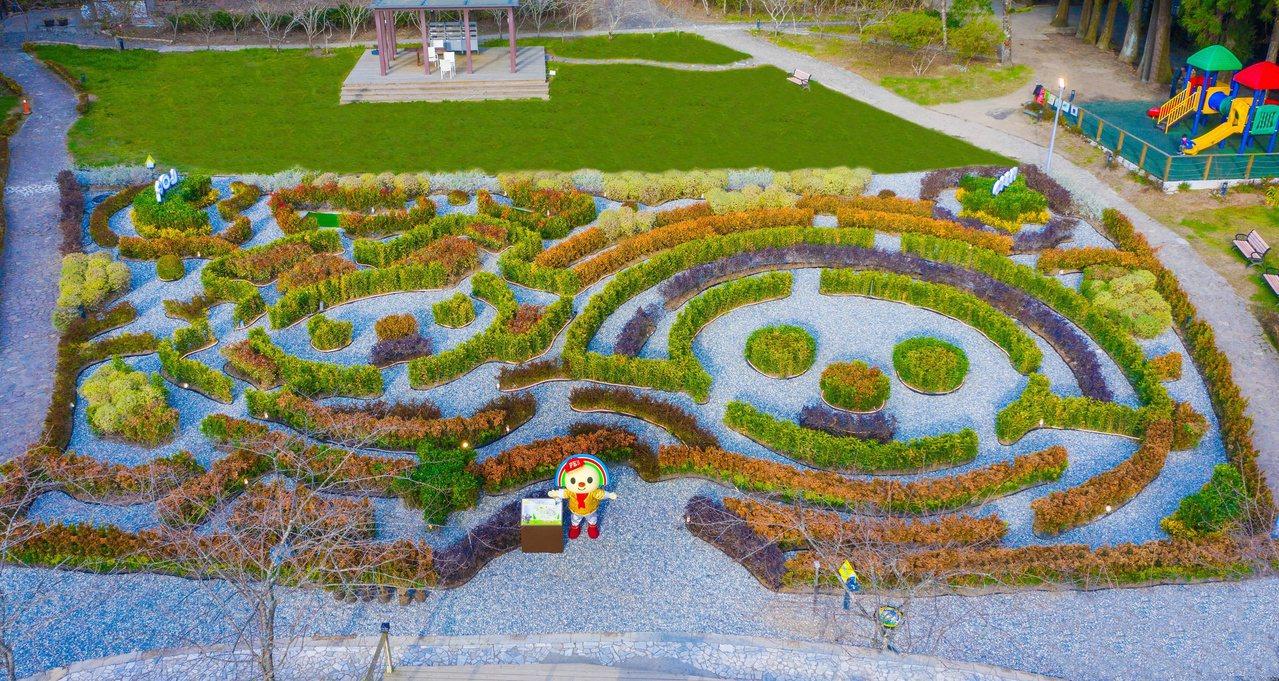南投縣仁愛鄉清境小瑞士花園打造超巨大的OPEN小將和LOCK小醬植物迷宮。 圖/...