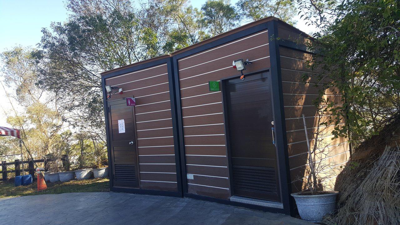銅鑼炮仗花公園由客委會補助的相關環境改善工程已完工,園內新增3座移動式景觀廁所。...