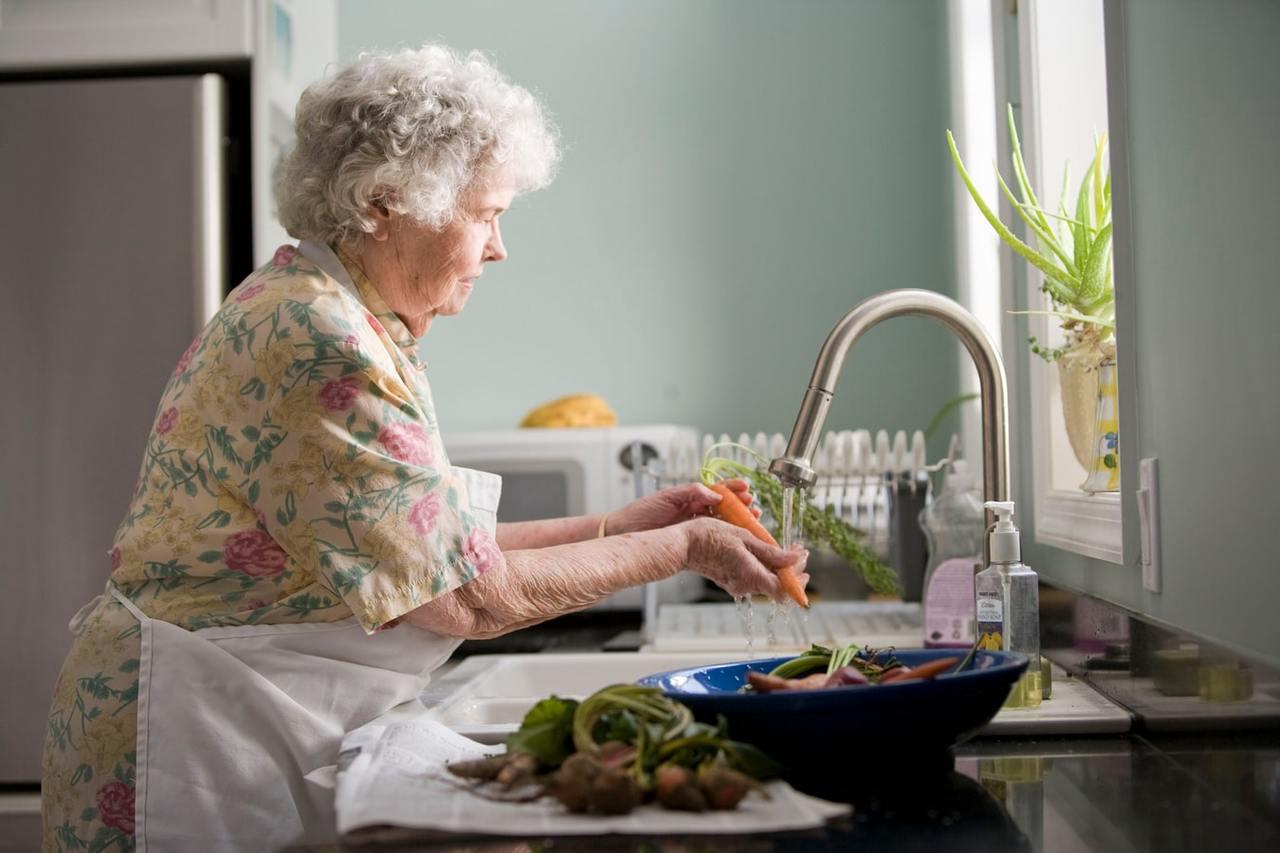 老人家腸胃功能不如年輕人,若年節飲食不忌口,不僅可能使慢性病失控,也會造成腸胃負...