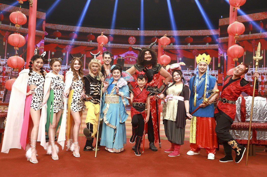 林美秀飾演鐵扇公主,帶著阿翔-孫悟空、浩子-紅孩兒、哈孝遠-牛魔王、張可昀-豬八...