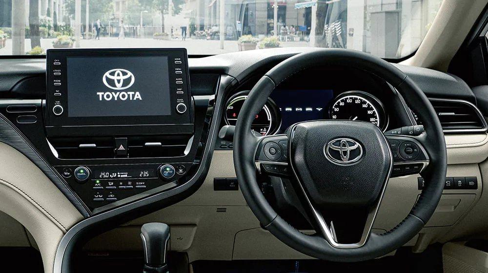 小改款後將中控螢幕上移為「懸浮式螢幕」設計。 摘自Toyota.jp