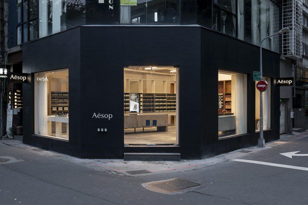 Aesop南西概念店,黑色外觀與內裝暖色調,形成對比。圖/正好公關