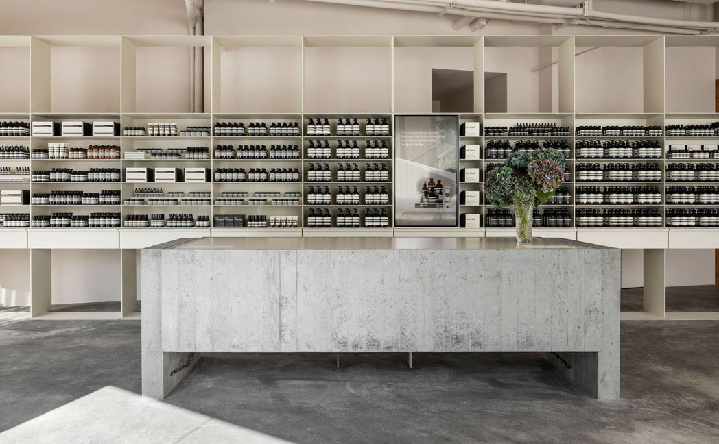 Aesop南西店中,長型水槽保留製作時的痕跡,讓物件有溫度感。圖/Aesop提供