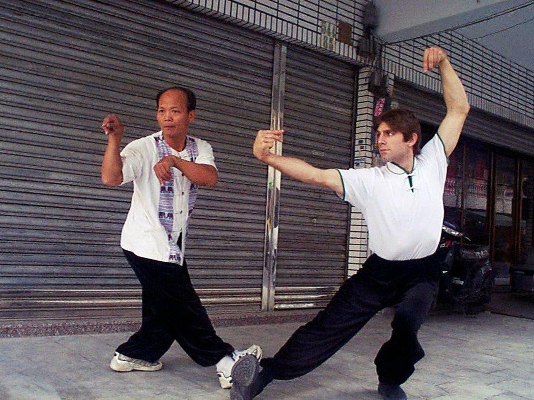 圖為2001年的螳螂拳施正忠(左),右為來台拜師學藝的美籍青年施宇涵。 圖/報系...