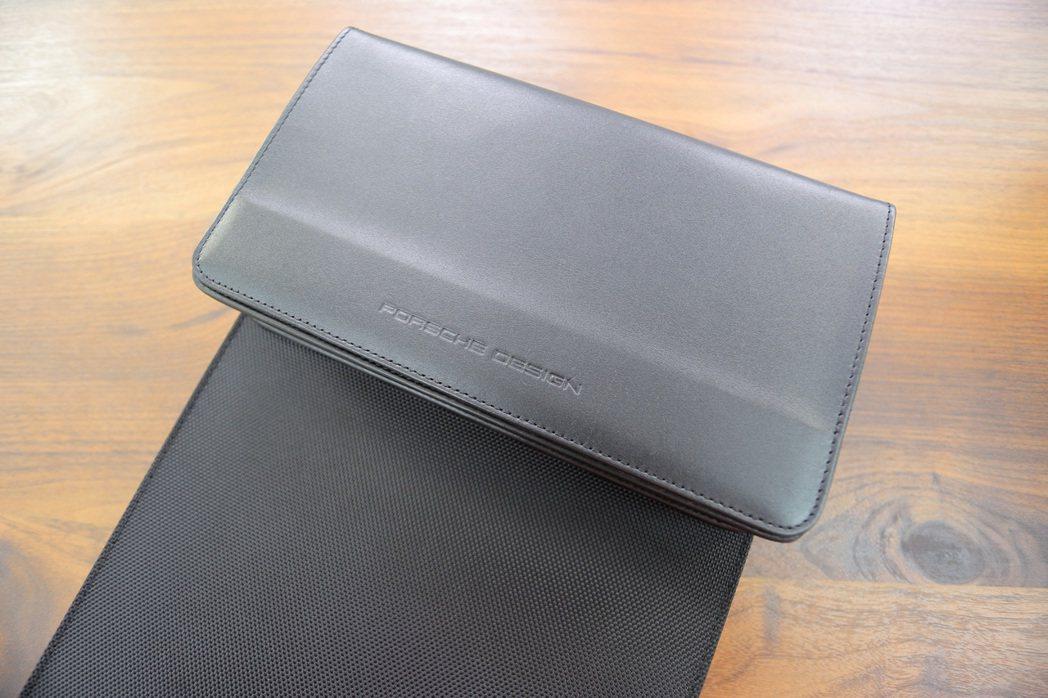 收納包是由ECCO PALERMO XA皮革製成,還能透過磁吸方式與筆電包整合。...