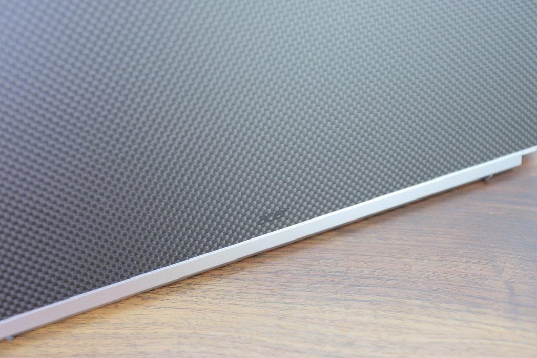 Acer LOGO低調印於A件碳纖維之中。 彭子豪/攝影