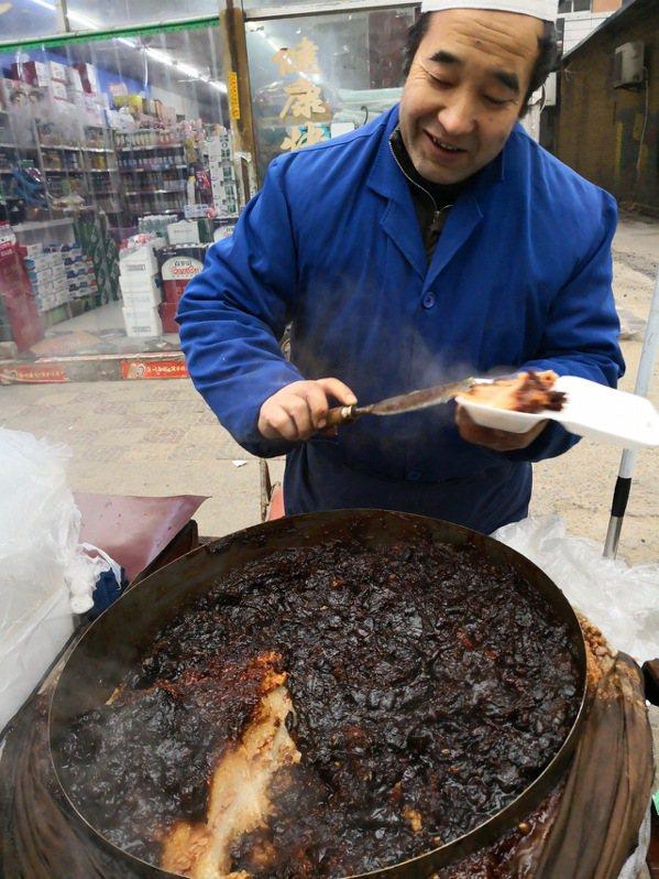 賣甑糕的大爺幾乎全年無休,一天一百二十斤的甑糕三個小時就賣光了。 梅春帆/攝影