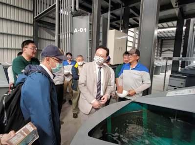 廠內向委員長童振源、專家學者及與會嘉賓介紹養殖系統。 台灣綠良水產公司/提供