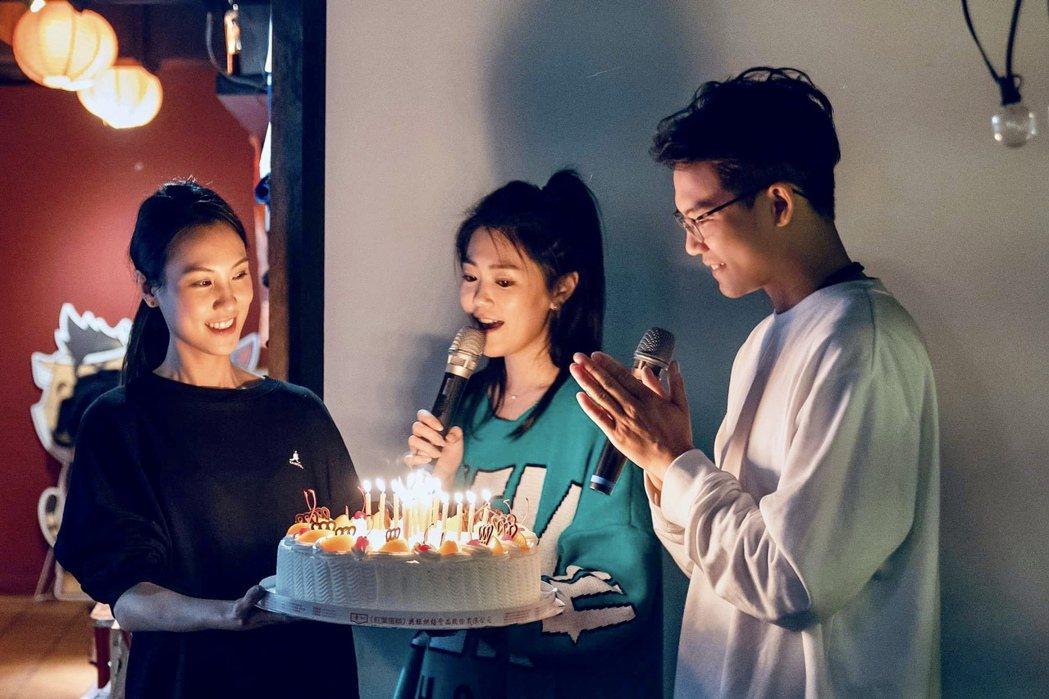 曹雅雯(中)驚喜替張三(右)慶生。圖/AM娛樂提供
