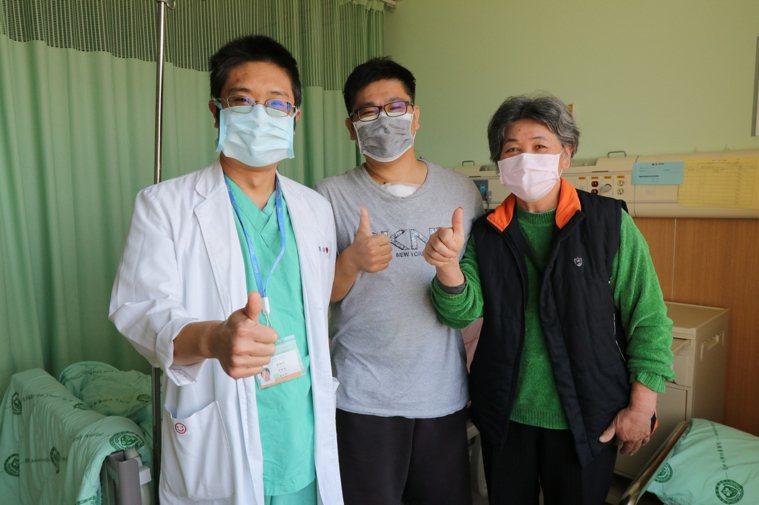 亞洲大學附屬醫院心臟血管外科主任劉殷佐與患者(中)合影。圖/亞洲大學附屬醫院提供