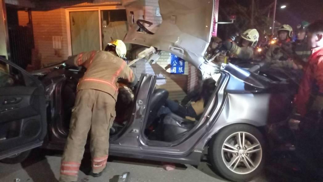 台南市安南區重大車禍,車上6名年輕人全都不治身亡。記者黃宣翰/攝影