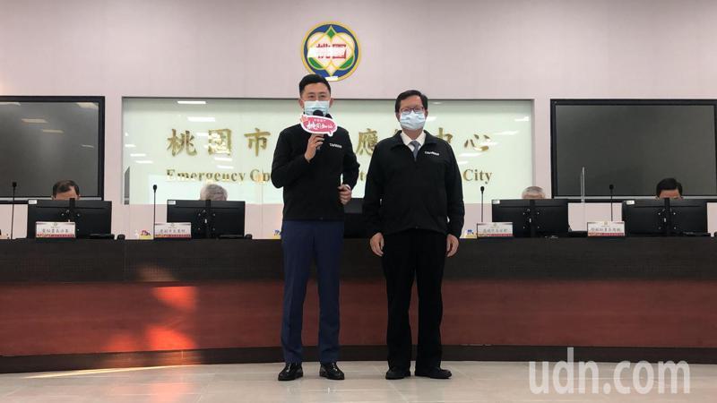 新竹市長林智堅(左)說,他近期1個月內來桃園4次,今天則是來桃園送年菜給醫護人員,由桃園市長鄭文燦(右)受贈。記者曾健祐/攝影
