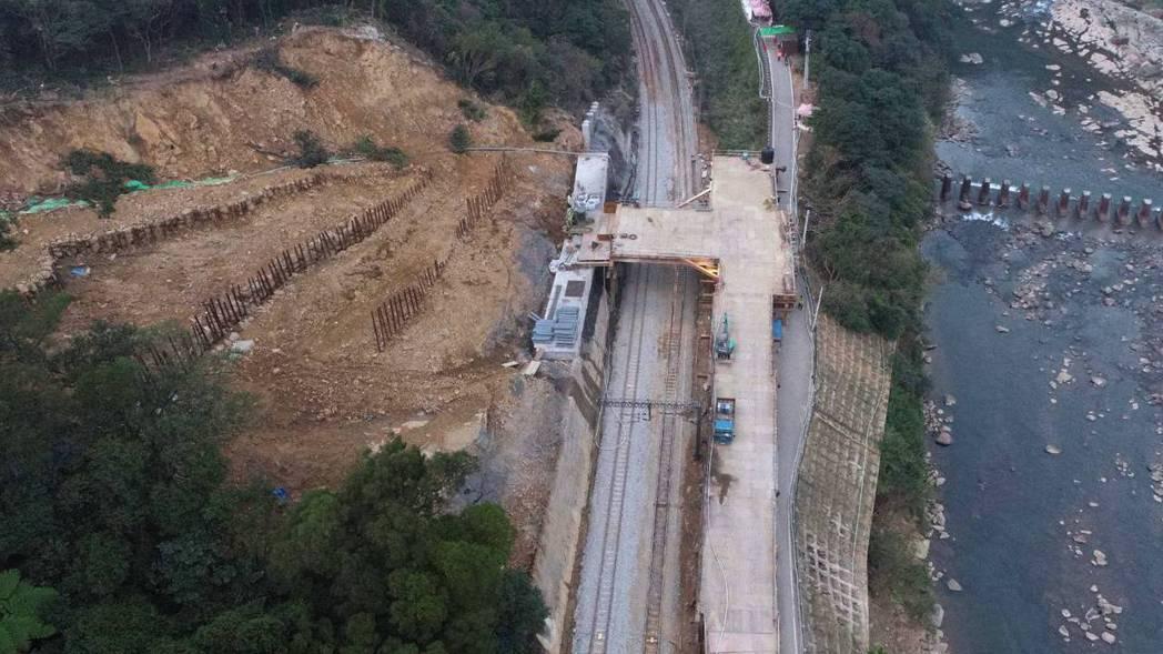 台鐵瑞芳-猴硐邊坡西正線搶修工程,預計2月3日完成搶修,提前恢復全線雙向通車。圖...