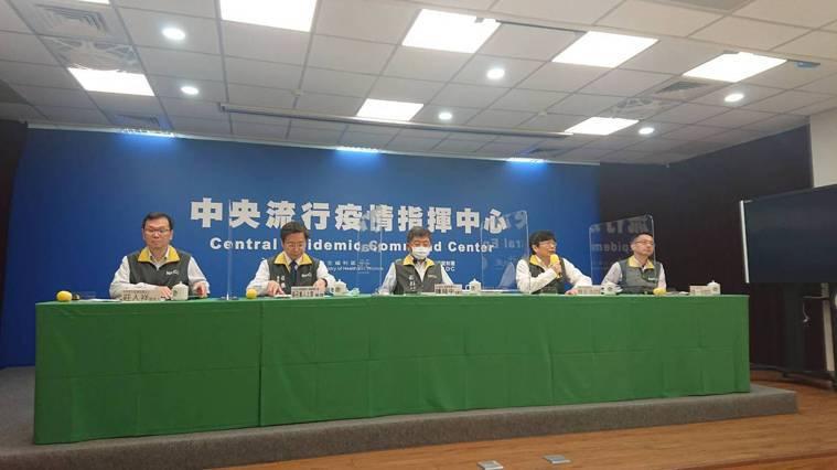 中央流行疫情指揮中心2月2日14:00記者會出席名單,由左到右,中央流行疫情指揮...