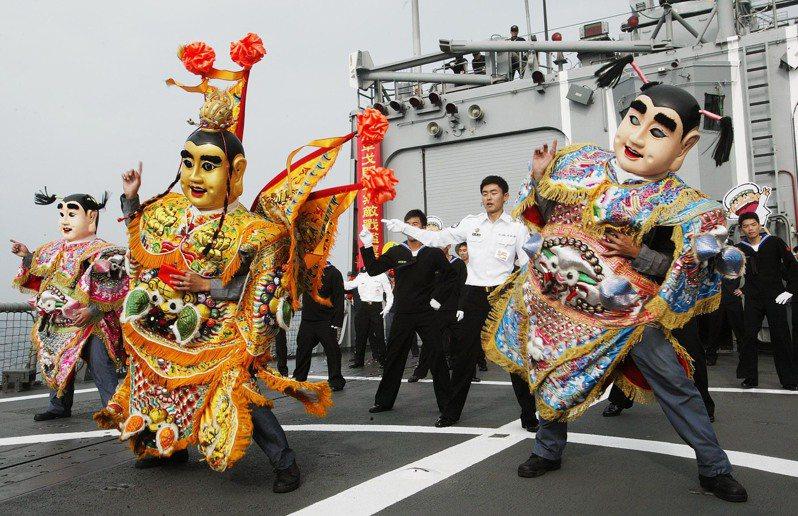 2010年海軍春節巡弋操演,成功級飛彈巡防艦田單軍艦上的官兵,特別表演了一段電音三太子,向國人拜早年。圖/聯合報系資料照片