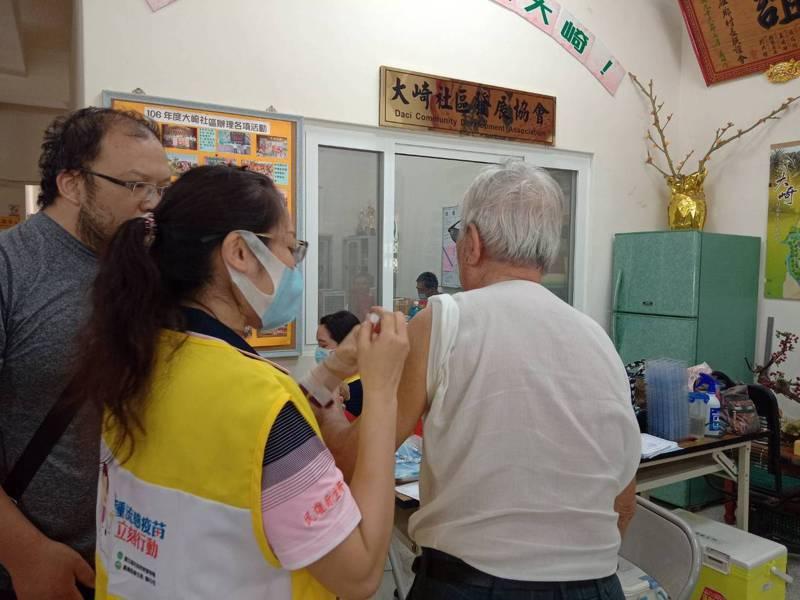 衛福部增撥嘉縣衛生局流感疫苗,全部有1萬多劑,上月底開放全民施打。圖/嘉縣衛生局提供