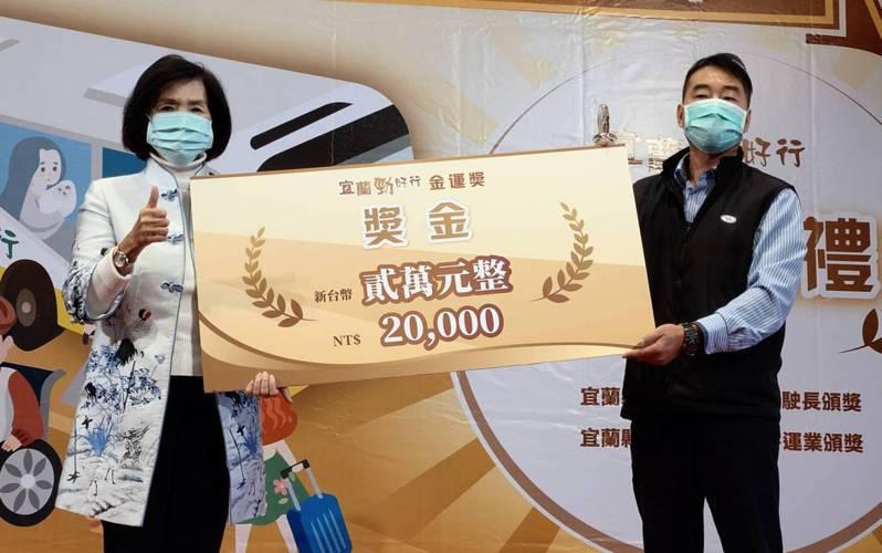 宜蘭金運獎特優的高明賢,獲頒2萬元獎勵及獎座。記者戴永華/攝影