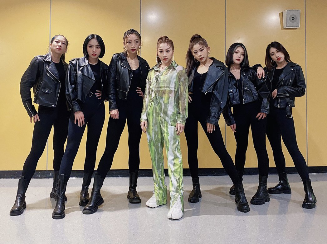 艾薇(中)率6位舞者登上於「2021超級巨星紅白藝能大賞」舞台。圖/環球音樂提供