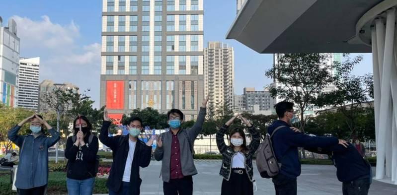 義守大學替外籍生安排高雄在地文化體驗,帶領他們遊覽市圖等知名景點。圖/義守大學提供