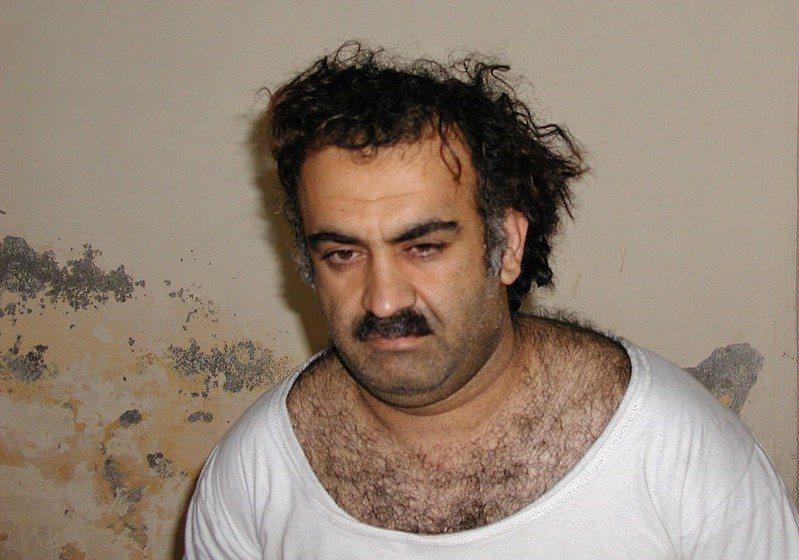 穆罕默德於2003年被捕,他承認自己是過去幾十年來多起恐怖襲擊事件的幕後主謀,其中最著名便是911事件,他的死刑審判原訂今年1月11日舉行,但因疫情推遲。美聯社