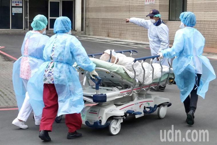 部桃醫院目前僅維持部分門診,急診則不收急重症OHCA患者,嚴格執行「只出不進」原...