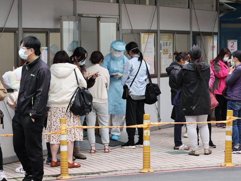 春節快到了,新冠肺炎自費篩檢的詢問度大增。記者曾原信/攝影