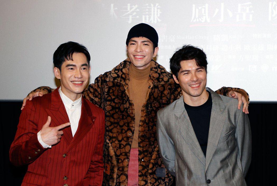蕭敬騰(中)獻唱賀歲電影「跟你老婆去旅行 」主題曲,劇中主角張書豪(左)及 鳳小...