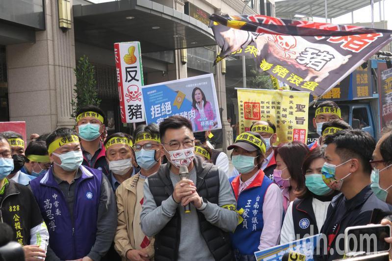 國民黨台南市黨部2月3日起鎖定市場,進行反萊豬公投連署。記者鄭惠仁/翻攝