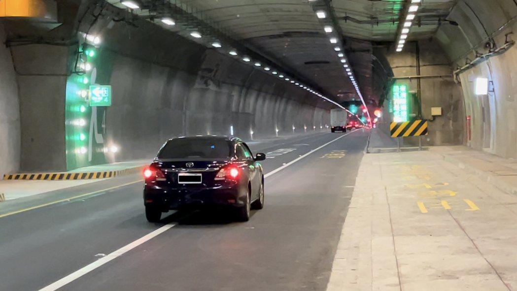 公路總局在春節連假於蘇花改開放大客車行駛路肩措施,鼓勵民眾搭乘大眾交通工具。圖/...