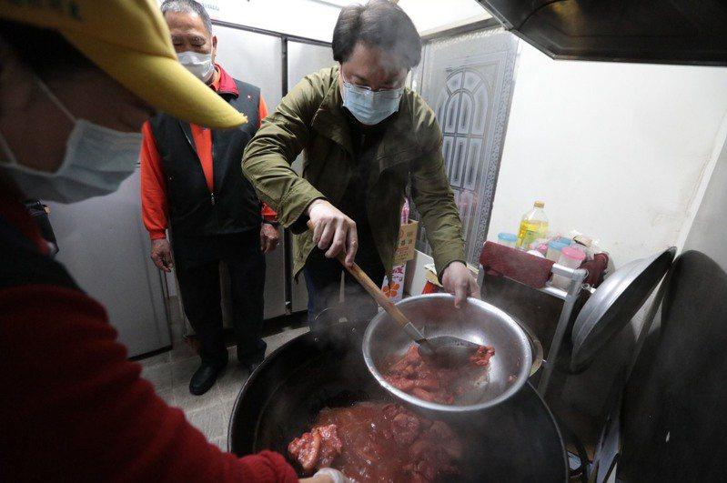 基隆市長林右昌今天到信義區東明社區參加寒冬送暖愛分享活動,下廚準備便當菜餚,並與書法老師一起揮毫寫春聯。圖/基市府提供
