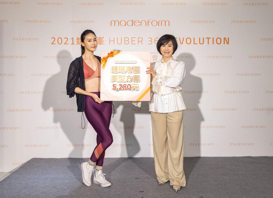 鍾瑶(左)和媚登峯集團創辦人一起開箱體驗新機。圖/媚登峯提供