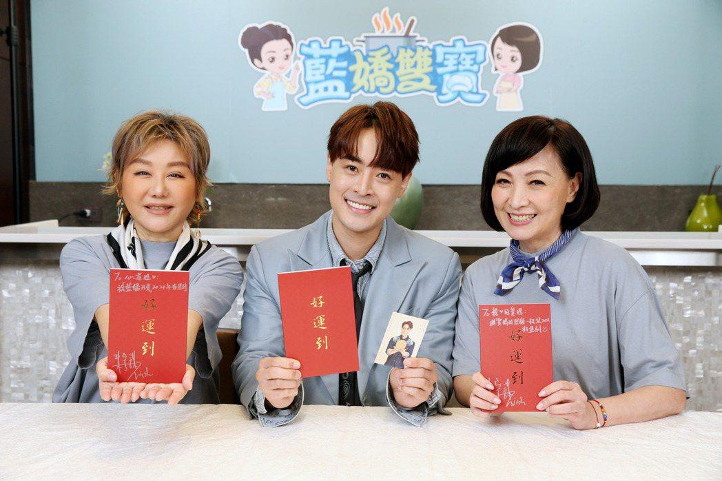 朱宇謀(中)很受藍心湄(左)、寶媽疼愛。記者邱德祥/攝影