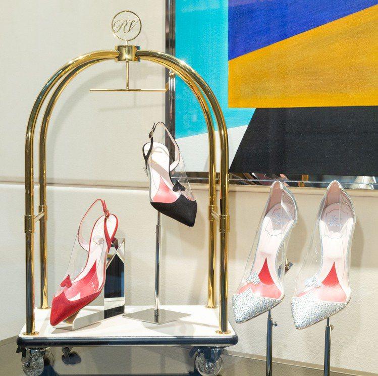 情人節的鞋履為麂皮搭襯PVC或小羊皮打造而成。圖/Roger Vivier提供