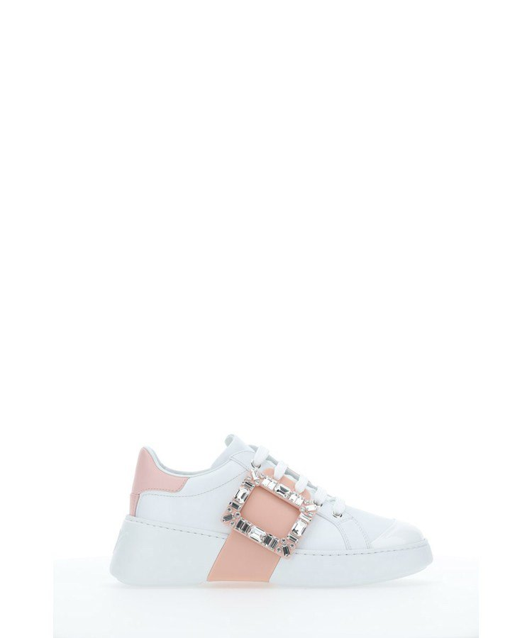 Viv Skate粉色鑽釦休閒鞋,49,200元。圖/Roger Vivier提...