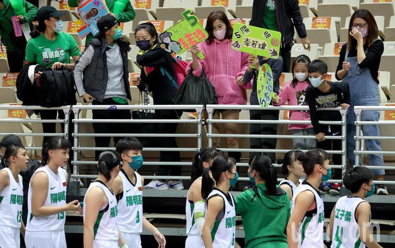 HBL八強賽,陽明高中在第四節上演逆轉秀,場邊啦啦隊賽後為球員歡呼。記者余承翰/攝影