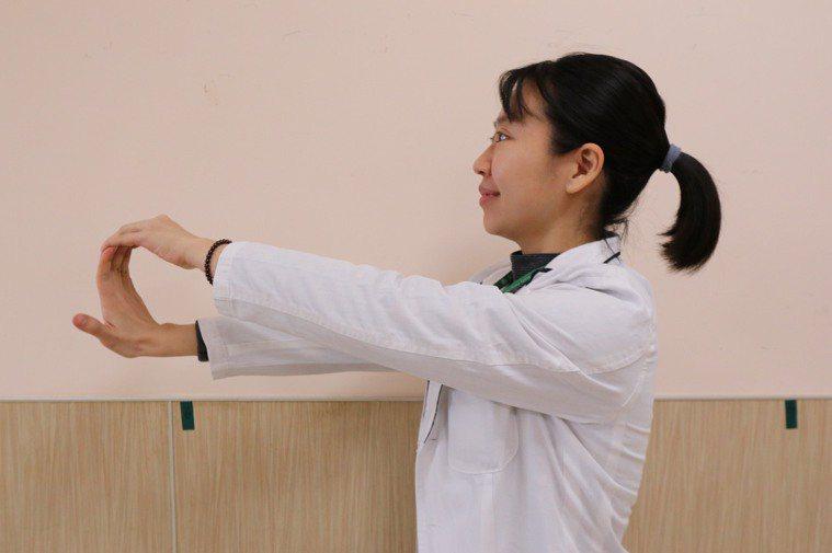 舒緩疼痛的手部運動1 針對腫脹肌腱與腱鞘形成的腱鞘囊腫,先將患側手掌打開,以另一...