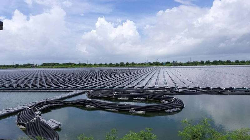 高雄推漁電共生先行區,未來可能像嘉義縣鹽灘地設置的「艾貴義竹發電廠」情境。圖/讀者提供
