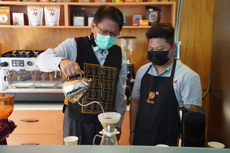 屏東縣長潘孟安(左)出席屏東咖啡園區開幕典禮,體驗手沖咖啡。圖/屏東縣政府提供