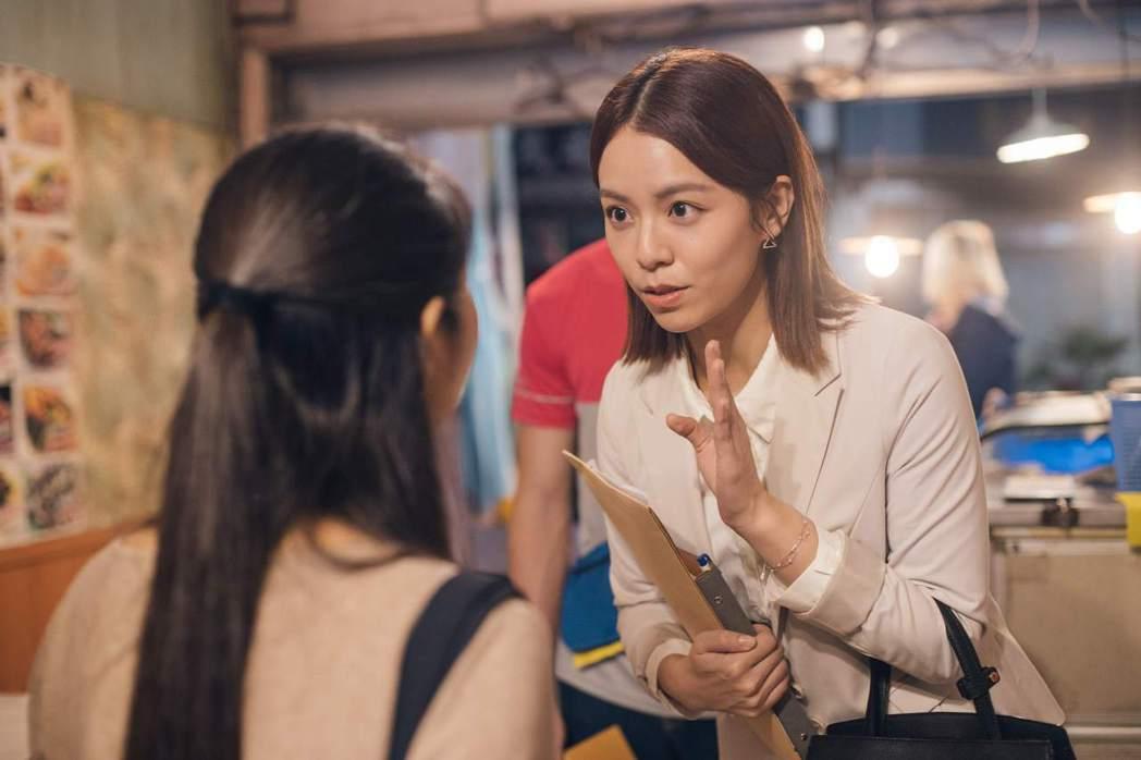 宋芸樺演出公視賀歲喜劇「白日夢外送王」片中房仲業務角色。圖/公視提供