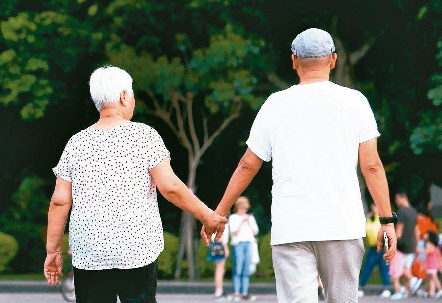 一人一生只能買二張小額終老險,這是金管會為解決高齡弱勢民眾買不到死亡保險,而政策...
