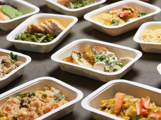 陸媒爆料,大陸不少商家從冷凍庫拿出裝菜的塑膠袋,將菜加熱後直接鋪在飯盒裡,就成為外送餐點。 圖/取自新浪網