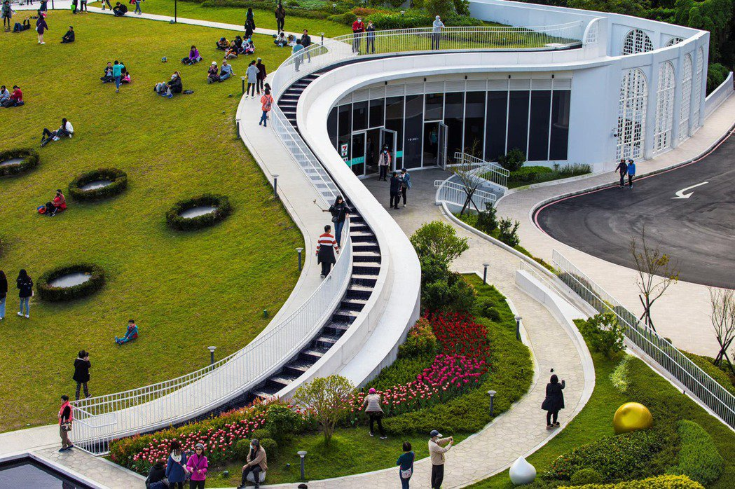 滬尾藝文休閒園區內的建築以低調簡潔的白色設計融入周圍的綠色環境。 圖/滬尾藝文休...